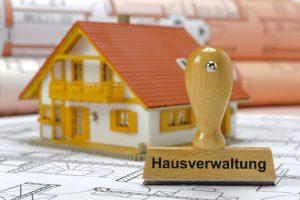 Hausverwaltung gedruckt auf Stempel mit Modellhaus